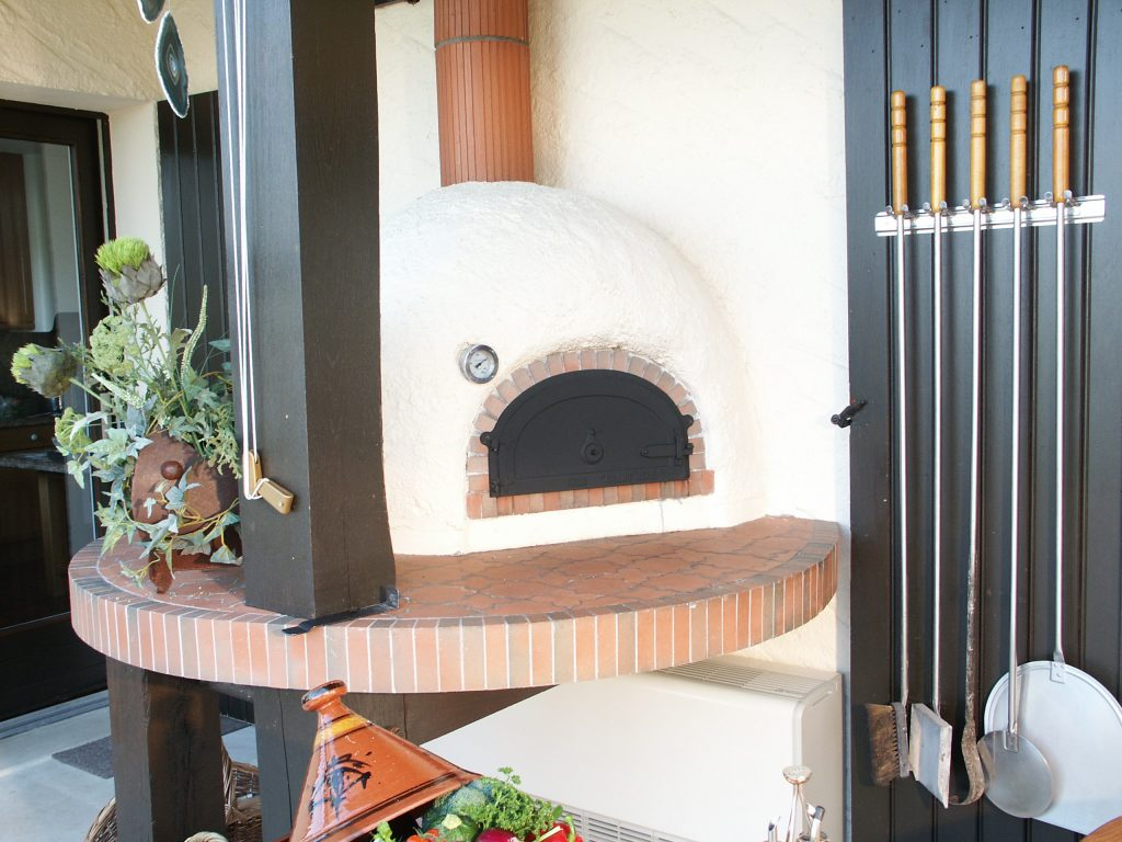 Wood-fired-pizza-oven-family
