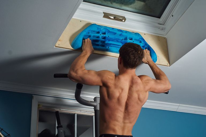 man-training-with-a-hangboard
